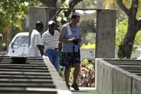 Malawi_2006-11-03_10.07.42_(_DSC5699)_Mike_bij_de_voorraadbakken.jpg