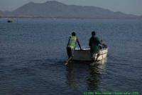 Malawi_2006-11-04_07.16.45_(_DSC5938)_bemanning_op_weg_naar_boot.jpg