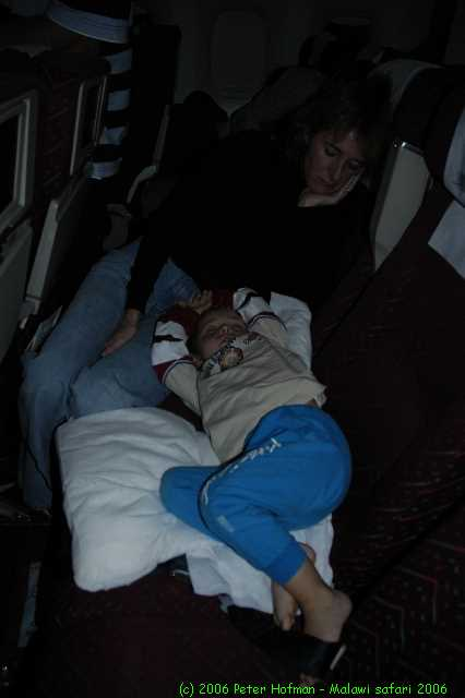 Malawi_2006-11-02_00.42.06_(_DSC5501)_Slapen_ine_het_vliegtuig.jpg